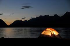 被点燃的帐篷 免版税库存图片