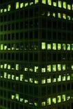 被点燃的晚上办公室视窗 免版税库存图片