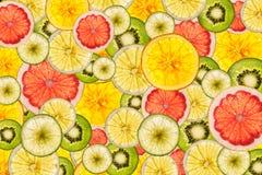 被点燃的混杂的五颜六色的被切的果子背景 免版税库存图片