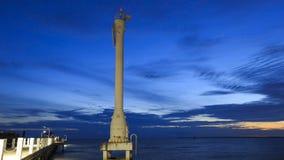 被点燃的烽火台或重要人物与日落和云彩在轰隆pu海边, Samutprakarn,泰国 免版税图库摄影