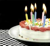 被点燃的生日蛋糕蜡烛 库存图片