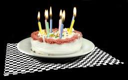 被点燃的生日蛋糕蜡烛 免版税库存图片