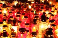 被点燃的公墓蜡烛 免版税库存图片