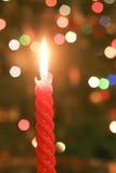 被点燃的红色圣诞节蜡烛 免版税库存图片
