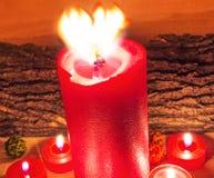 被点燃的红色蜡烛 免版税库存照片