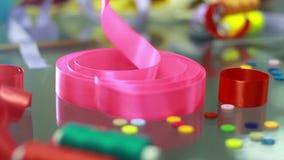 被点燃的背景电灯泡色的装饰诗歌选节假日光 精选从桌的桃红色丝带 装饰设计要素简单例证的模式 影视素材