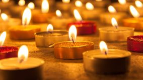被点燃的色的蜡烛 库存照片