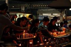 被点燃的蜡烛,菩萨的香火 免版税库存图片