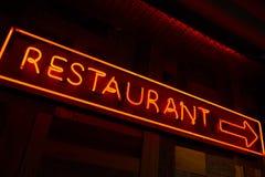 被点燃的餐馆红色标志 免版税库存照片
