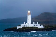 被点燃的Lismore灯塔在黄昏的苏格兰 免版税库存图片