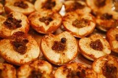 被烘烤的一半苹果用蜂蜜、桂香和葡萄干 库存图片