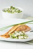被烘烤的三文鱼内圆角 自创辣调味汁由猕猴桃,梨,香葱制成 免版税库存照片