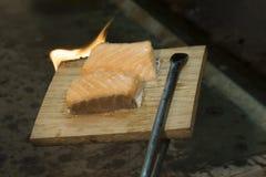 被烘烤的三文鱼熏制 库存图片