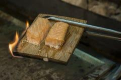 被烘烤的三文鱼熏制 库存照片