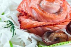 被烘烤的三文鱼用白色面条 免版税库存图片