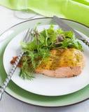 被烘烤的三文鱼用芥末酱 免版税库存照片