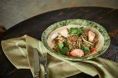 被烘烤的三文鱼用草本 绿色荞麦和菜沙拉 免版税库存图片