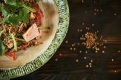 被烘烤的三文鱼用草本 绿色荞麦和菜沙拉 图库摄影