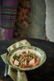 被烘烤的三文鱼用草本 绿色荞麦和菜沙拉 库存照片