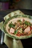 被烘烤的三文鱼用草本 绿色荞麦和菜沙拉 库存图片