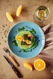 被烘烤的三文鱼装饰用芦笋和蕃茄用草本 免版税库存照片