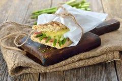 被烘烤的三明治用绿色芦笋 免版税库存图片