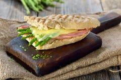 被烘烤的三明治用绿色芦笋 库存图片