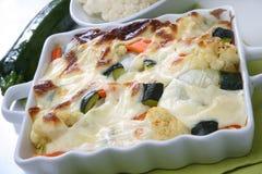 被烘烤的乳脂状的调味汁菜白色 库存图片