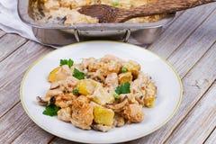 被烘烤的乳脂状的鸡、土豆和蘑菇 库存照片