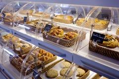 被烘烤的产品品种在篮子的与面包名字和价格o 免版税图库摄影