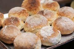 被烘烤的全麦小圆面包 库存照片
