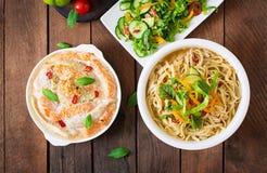 被烘烤的切片红色和白色鱼用蜂蜜和柠檬汁,服务用新鲜的沙拉和软的面条在味噌汤 免版税库存照片