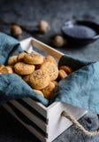 被烘烤的切达干酪薄脆饼干洒与罂粟种子 图库摄影