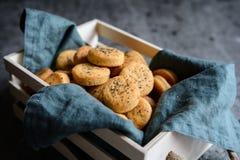 被烘烤的切达干酪薄脆饼干洒与罂粟种子 库存照片