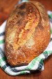 被烘烤的发酵母大面包在黏土烤箱、外壳和面包屑烘烤了 免版税库存图片