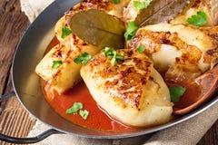 被烘烤的圆白菜在西红柿酱滚动 库存照片