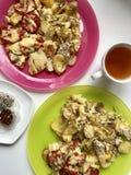被烘烤的土豆、蕃茄和夏南瓜是被延长的板材 免版税图库摄影