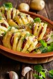 被烘烤的土豆充塞用香肠、乳酪、大蒜和草本 免版税库存照片