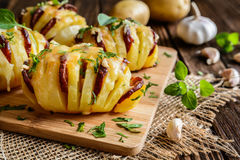被烘烤的土豆充塞用香肠、乳酪、大蒜和草本 库存图片