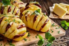 被烘烤的土豆充塞用香肠、乳酪、大蒜和草本 免版税库存图片