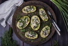 被烘烤的土豆充满新鲜的蘑菇 图库摄影