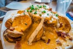 被烘烤的土豆切片用熔化乳酪开胃菜 免版税库存图片