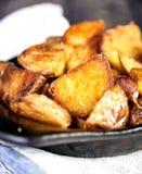 被烘烤的土豆楔住用大蒜,圣诞节装饰 库存图片