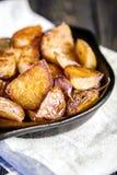 被烘烤的土豆楔住用大蒜,圣诞节装饰 免版税库存图片