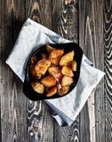 被烘烤的土豆楔住用大蒜,圣诞节装饰 免版税库存照片