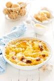 被烘烤的土豆焦干酪用大蒜、奶油和帕尔马干酪 库存照片