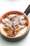被烘烤的土豆用乳酪和烤鸭子腿 免版税库存照片