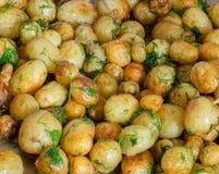 被烘烤的土豆用在平底锅特写镜头的大蒜 免版税库存照片