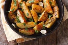被烘烤的土豆用在平底锅特写镜头顶视图的大蒜 免版税库存图片