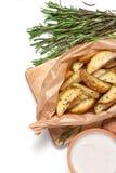 被烘烤的土豆用在白色背景的迷迭香 免版税库存照片